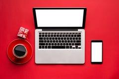 Pracujący z laptopem z nieociosanymi Bożenarodzeniowymi dekoracjami dla app prezentaci, Mądrze telefonu egzamin próbny up Zdjęcie Stock