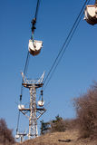 Pracująca Powietrzna Kablowa kolej na tle niebieskie niebo Zdjęcia Stock