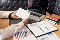 Pracuj?cy biznesowy m??czyzna, dru?yna makler lub handlowowie opowiada rynki walutowych na wielosk?adnikowych ekranach komputerow zdjęcie royalty free