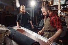 Pracujący proces w rzemiennym warsztacie Garbarz w starej garbarni Fotografia Royalty Free