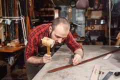 Pracujący proces w rzemiennym warsztacie Garbarz w starej garbarni Obraz Royalty Free
