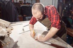 Pracujący proces w rzemiennym warsztacie Garbarz w starej garbarni Zdjęcia Stock