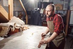 Pracujący proces w rzemiennym warsztacie Garbarz w starej garbarni Fotografia Stock