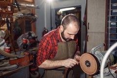 Pracujący proces w rzemiennym warsztacie Garbarz w starej garbarni Obrazy Stock