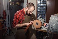 Pracujący proces w rzemiennym warsztacie Garbarz w starej garbarni Zdjęcie Stock