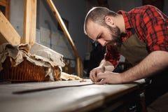 Pracujący proces w rzemiennym warsztacie Garbarz w starej garbarni Zdjęcie Royalty Free