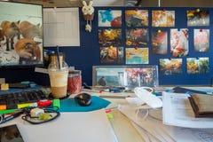 Pracuje biurko z pięknymi fotografiami atrakcje turystyczne na rozdziale obraz stock