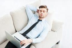 Pracuje który robi on śpiący zdjęcie royalty free