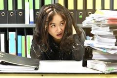 Pracuje mocno na biurowym biurku, udział praca, sterty dokumentu papier i kartoteki falcówka, obrazy royalty free