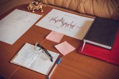 Pracuje w biurze z papierowymi grafika i dane zdjęcia royalty free