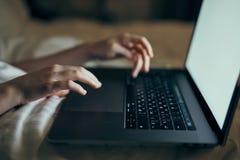 Pracuje za laptopem w domu, sypialnia, komputer, kobieta obraz royalty free