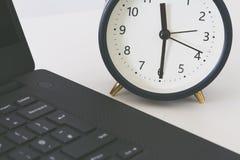 Pracy biurko z, budzik mierzy czas działającego daleko od i Pojęcie naglący deadl zdjęcie stock