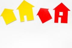 Pracy biurko z papierowymi postaciami dla sprzedawać domu tła odgórnego widoku ustaloną białą przestrzeń dla teksta Zdjęcie Royalty Free