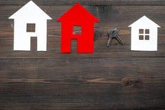 Pracy biurko z papierowymi postaciami dla sprzedawać domu tła odgórnego widoku ustaloną drewnianą przestrzeń dla teksta Obraz Stock
