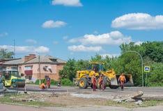 Pracy brygada naprawia drogowego używa śpioszka asfaltowego brukarza świeżego asfaltowego bruku i dwoistego bębenu rolkowy compac obrazy stock