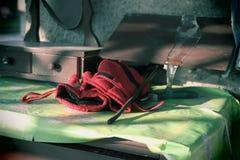 Pracy czerwone rękawiczki i limpid sopel zdjęcia royalty free