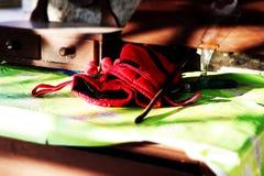 Pracy czerwone rękawiczki na drewnianym stole obraz royalty free