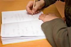 pracy domowej dzieciaka uczenie szkoły writing Obrazy Stock