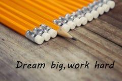 Pracy edukaci mocno wymarzona duża motywacyjna wiadomość Nieociosany drewniany tło z żółtymi ołówkami fotografia stock