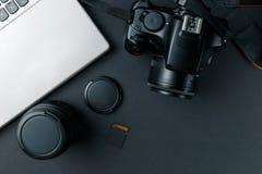 Pracy przestrze? na czer? stole fotograf Minimalny workspace z laptopu, kamery i obiektywu kopii przestrzeni? na ciemnym tle, obraz royalty free