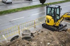 Pracy przy droga - żółty ekskawator Zdjęcia Royalty Free