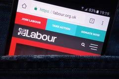 Pracy przyjęcia strona internetowa wystawiająca na smartphone chującym w cajgach wkładać do kieszeni obraz stock