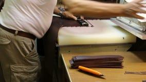 Pracy szewc robi sandałom Szewc pracy z skórą na maszynie zdjęcie wideo