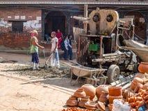 Pracy załoga Bierze przerwę przy Bhaktapur, Nepal Zdjęcie Stock