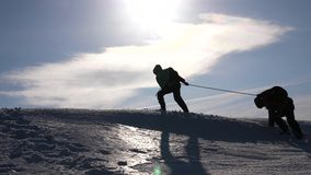 Pracy zespołowej pragnienie wygrywać Arywiści na linowej pomocy przyjaciel wspina się wierzchołek wzgórze Sylwetka podróżnicy w z zdjęcie wideo