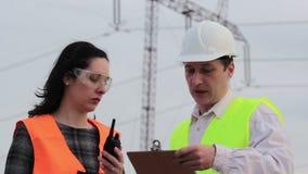 Pracy zespołowej dwa specjalista dla wysokiego woltażu zbiory wideo