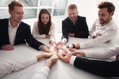 Pracy zespołowej i brainstorming pojęcie z biznesmenami które dzielą pomysł z lampą Pojęcie rozpoczęcie Obrazy Stock