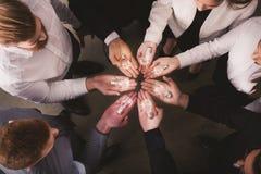 Pracy zespołowej i brainstorming pojęcie z biznesmenami które dzielą pomysł z lampą Pojęcie rozpoczęcie Zdjęcia Stock