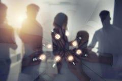 Pracy zespołowej i brainstorming pojęcie z biznesmenami które dzielą pomysł z lampą Pojęcie rozpoczęcie podwójny narażenia zdjęcia royalty free