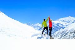 Pracy zespołowej motywacja, sukces w zim górach zdjęcie royalty free