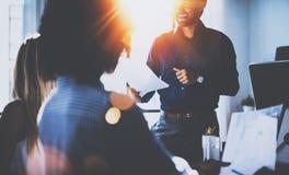 Pracy zespołowej pojęcia ludzie Potomstwo drużyna coworkers robi wielkiej biznesowej dyskusi w nowożytnym coworking biurze latyno obraz royalty free