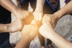 Pracy zespołowej pojęcie, biznes pozyci drużynowe ręki w wpólnie obrazy royalty free