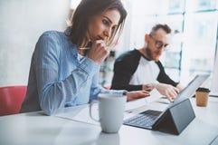 Pracy zespołowej pojęcie Biznesowa projekt drużyna robi rozmowie przy pokojem konferencyjnym przy biurem horyzontalny zamazujący  Zdjęcia Stock