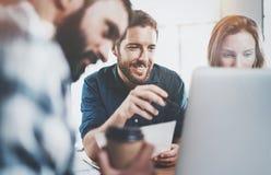 Pracy zespołowej pojęcie Coworking proces przy pogodnym biurem Biznesu drużynowy obsiadanie przy pokojem konferencyjnym i robić r Zdjęcia Stock