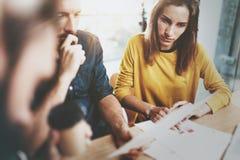 Pracy zespołowej pojęcie Coworking proces przy pogodnym loft biurem Biznes drużynowa robi rozmowa przy pokojem konferencyjnym hor Zdjęcia Royalty Free