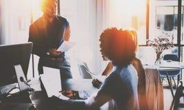 Pracy zespołowej pojęcie Latynoski biznesmen opowiada z dwa kolegów kobietą Potomstwo drużyna coworkers robi wielkiego spotkania zdjęcie royalty free