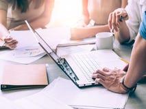 Pracy zespołowej pojęcie Początkowy plan biznesowy dyskutuje z cyfrowego i papierkowej roboty dane spotkania organizacji pojęciem obraz stock