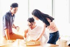 Pracy zespołowej pojęcie Początkowy plan biznesowy dyskutuje z dane brainstorm lub spotkanie organizacji cyfrowi i papierkowa rob fotografia royalty free