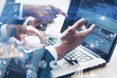 Pracy zespołowej pojęcie Zbliżenie widok dwa businessmans dyskutować analizuje nowego biznesowego projekt na laptopie w nowożytny fotografia royalty free