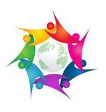 Pracy zespołowej swoosh ludzie wokoło zielonego światowego loga ilustracja wektor