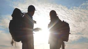 Pracy zespołowej turystyki nawigacji pojęcie Szczęśliwa rodzinna wycieczkowicz sylwetka w naturze patrzeje w smartphone nawigacji zbiory