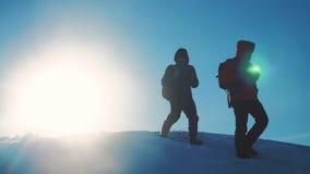Pracy zespołowej zimy biznesowa przygoda mężczyzn turyści wspina się chodzącego odgórnego gór skał szczytu grupy styl życia zespa zbiory wideo