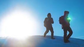 Pracy zespołowej zimy biznesowa przygoda mężczyzn turyści wspina się chodzącej odgórnej gór skał szczytu grupy zespalają się styl zdjęcie wideo