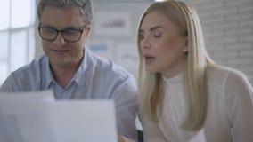 Pracy zespo?owej poj?cie Biznesu drużynowy działanie w biurze opowiada mapa wykresów papiery i ekspresowych pomysły przy spotkani zdjęcie wideo