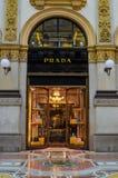 Prada-Butike in Mailand, Italien Stockbilder