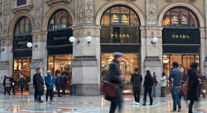 Prada kaufen im Galleria Vittorio Emanuele Lizenzfreie Stockfotos